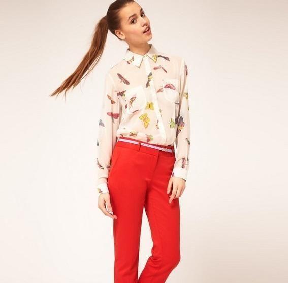 combinar pantalon rojo con camisetas impresas