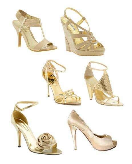 zapatos oro con vestido rojo