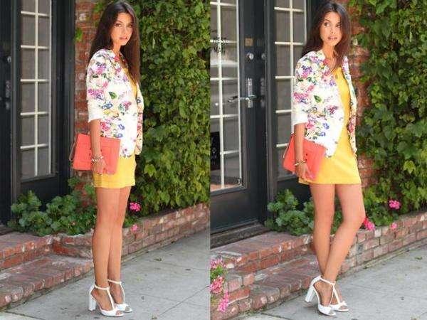 combinar un vestido amarillo con flores