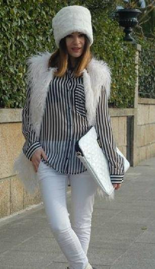 como combinar un pantalon blanco con rayas azules