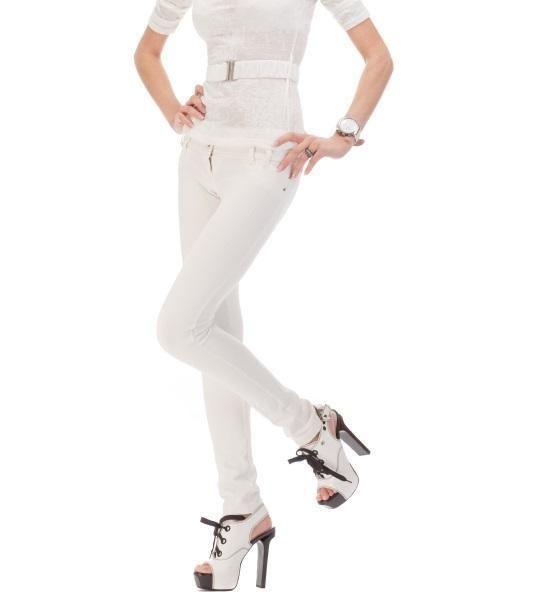 como combinar un pantalon blanco para una fiesta