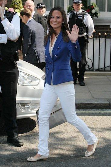 como combinar pantalón blanco con azul