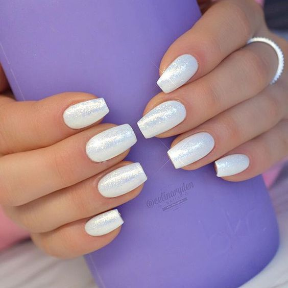 uñas color blanco perla