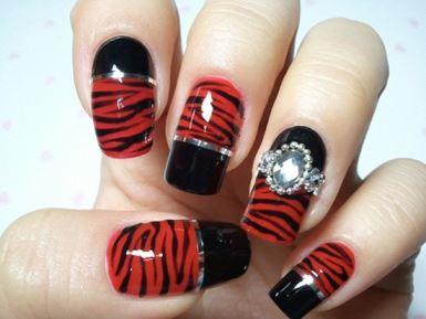 uñas rojas con negro y plata