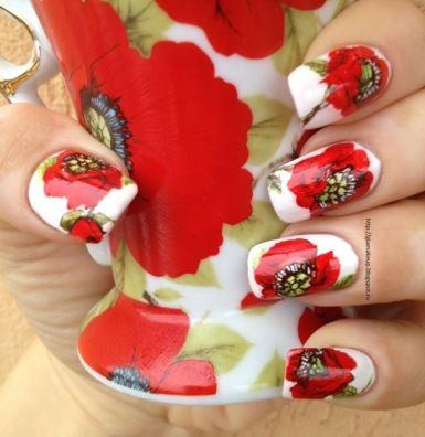 uñas-rojas-decoradas-con-flores