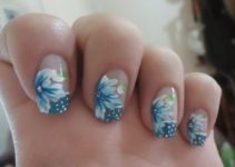 decoracion de uñas con flores azul con blanco