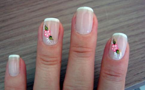 diseño de uñas con flores blancas