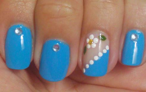 uñas con flores azul