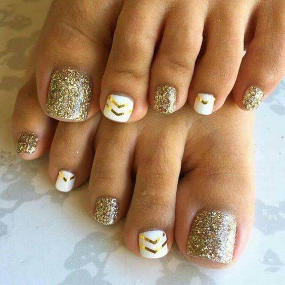 decoracion de uñas de los pies en color dorado