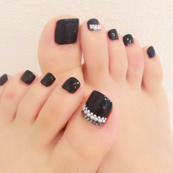 uñas de los pies en color negro elegante