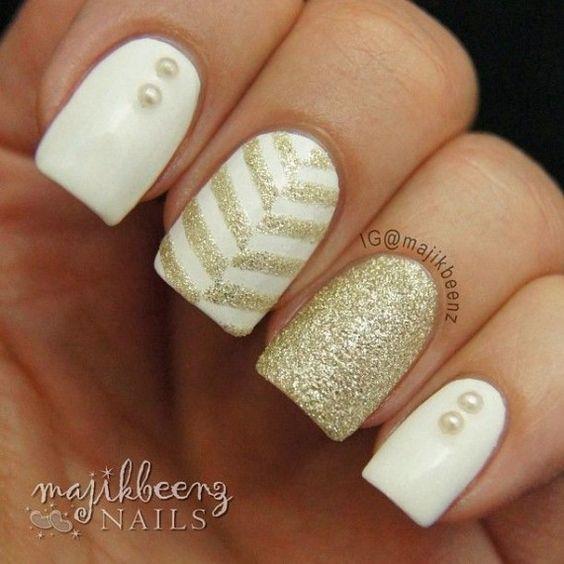 uñas blanco con dorado