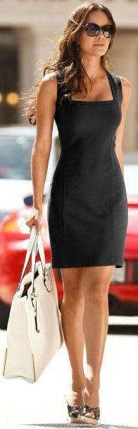 Vestido negro con accesorios blancos
