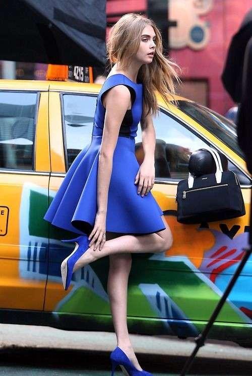 Vestido azul marino con zapatos verdes